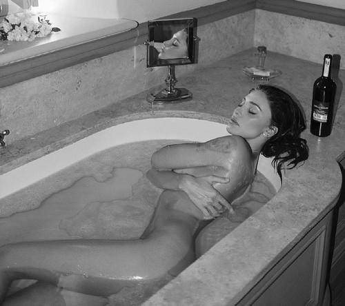 Belen Rodriguez : Nudo Integrale, Capezzolo e Lato B. Sexy Scatti a Pasqua
