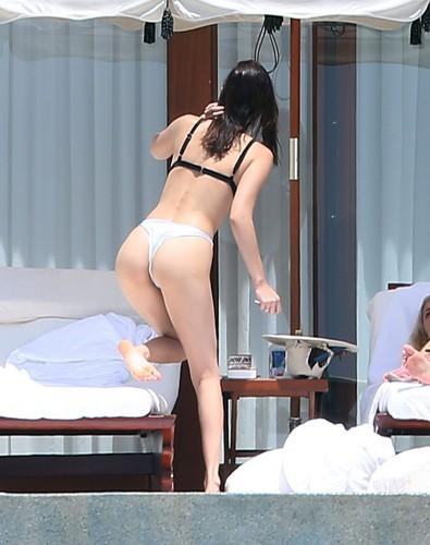 Bella Hadid e il Suo Lato B in Bikini a Cabo San Lucas
