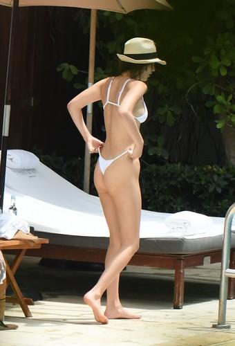 Bella Hadid : Lato B da Urlo in Bikini a Miami - 28 aprile 2017