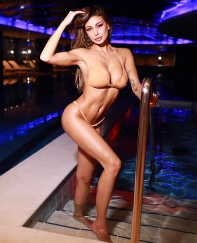 Cristina Buccino in Bikini : Sempre più Esplosiva per Sun Sisters
