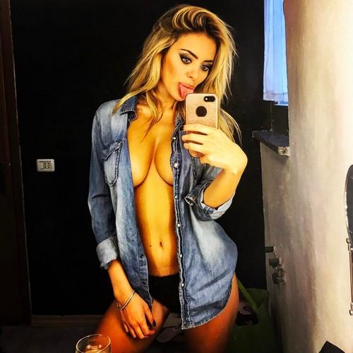 Elena Morali si fa un Selfie in Topless