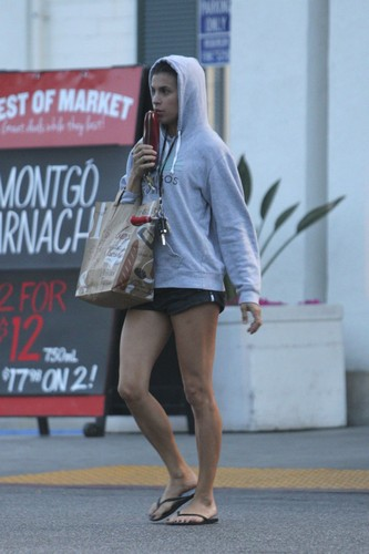 Elisabetta Canalis : Shopping in Micro Shorts a Los Angeles