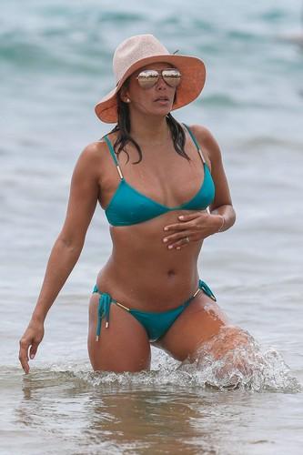 Eva Longoria in Bikini : Paparazzata a Miami - 20 aprile 2017