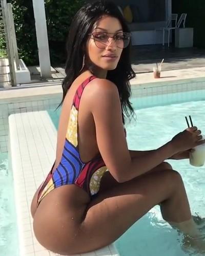 Fanny Neguesha Esplosiva in Bikini a Miami - 27 aprile 2017