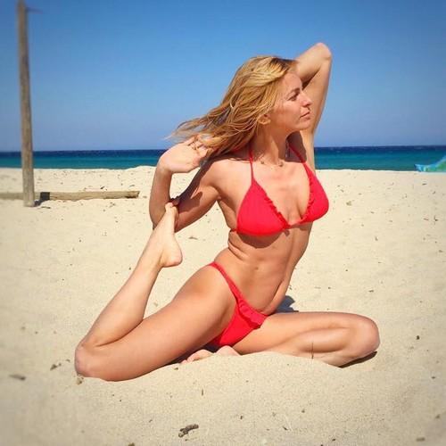 Federica Fontana in Bikini Rosso in Costa Azzurra - 25 aprile 2017
