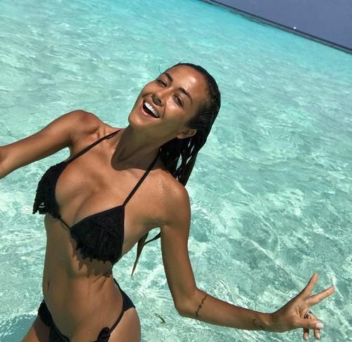 Giorgia Palmas : Fisco da Favola in Bikini alle Maldive
