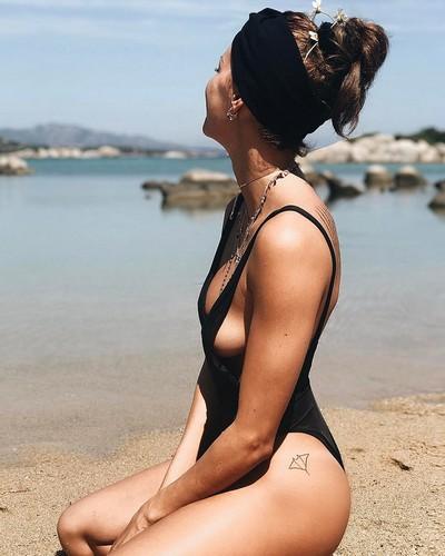 Giulia Calcaterra : Nuovo Side Boobs in Costume in Sardegna - 27 aprile 2017
