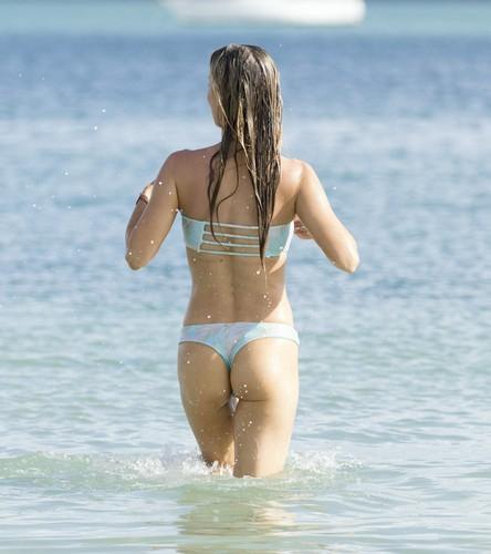 Joanna Krupa in Bikini : Fisico Mozzafiato Paparazzata a Miami