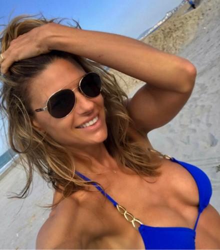 Martina Colombari : Selfie con Seno in Evidenza in Bikini - 25 aprile 2017