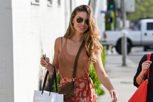 Nina Senicar : Trasparenze Sexy in Reggiseno a Los Angeles