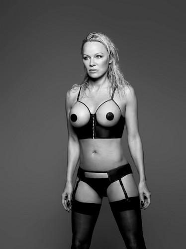 Pamela Anderson in Lingerie e Nuda per Coco de Mer 2017