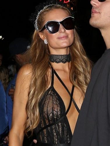 Paris Hilton : Trasparenze Hot Senza Reggiseno al Coachella