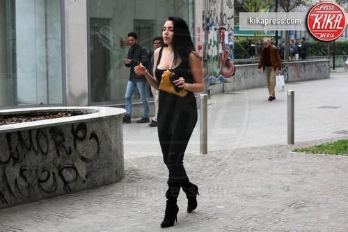 Roberta Tirrito, la modella 21 enne cattura l'attenzione dei paparazzi a Milano prima di un Servizio fotografico