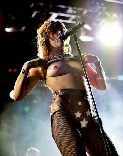 Tove Lo in Topless sul Palco del Coachella