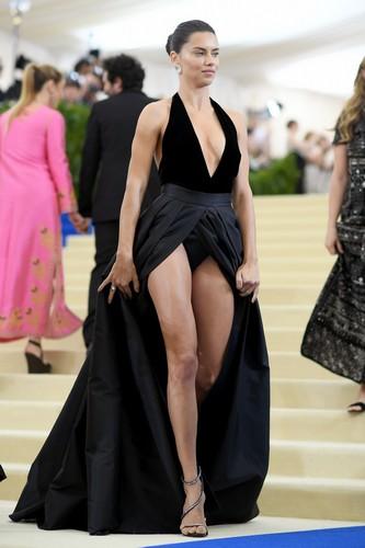 Adriana Lima : Upskirt al 2017 MET Costume Institute Gala - 01 maggio 2014