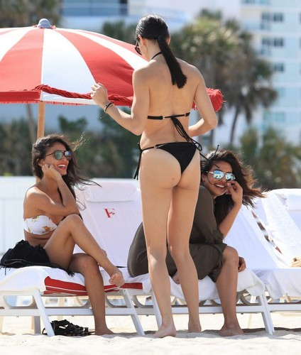 Adriana Lima e Priyanka Chopra in Bikini : Paparazzate a Miami - 12 maggio 2017