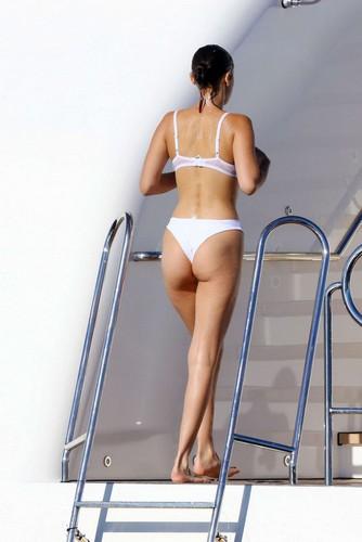 Bella Hadid : Lato B da Favola in Bikini a Cannes - 20 maggio 2017