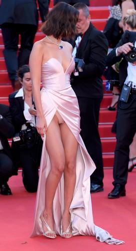 Bella Hadid : Upskirt alla Cerimonia D' Apertura a Cannes - 17 maggio 2017