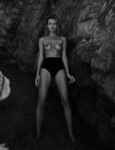Edita Vilkeviciute in Topless su Vogue Messico - Giugno 2017