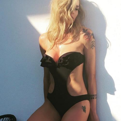 Elenoire Casalegno in Sexy Trikini - Servizio Fotografico Sconosciuto