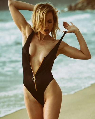 Justine Mattera : Sexy in Swimsuit e Lingerie in un Servizio Fotografico