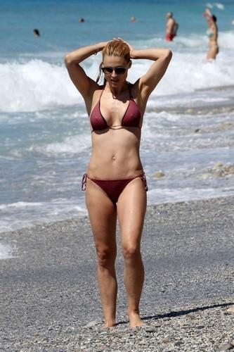 Michelle Hunziker in Bikini : Paparazzata a Varigotti - Maggio 2017