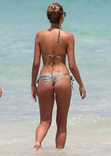 Sandra Kubicka : Lato B da Favola in Bikini Paparazzata a Miami - 27 maggio
