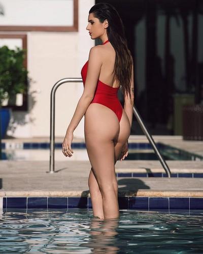 Valentina Vignali : Lato B Esplosivo in Bikini Rosso a Miami - 26 maggio 2017