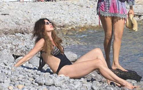 Alba Parietti in Bikini : Paparazzata a Ibiza da Oggi - Giugno 2017