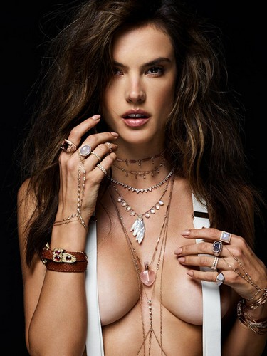 Alessandra Ambrosio in Topless per Jacquie Aiche Jewelry 2017