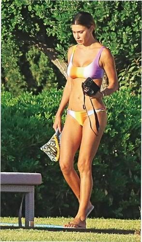 Belen Rodriguez in Bikini : Paparazzata a Ibiza da Chi - Giugno 2017