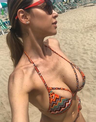 Cecilia Capriotti : Seno Incontenibile in Bikini - 06 giugno