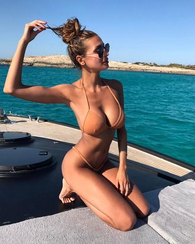 Cristina Buccino : Davvero Esplosiva in Bikini a Formentera - 18 giugno 2017