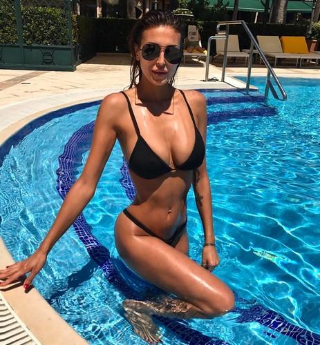 Cristina Buccino : Curve Mozzafiato in Bikini in Piscina - 02 giugno