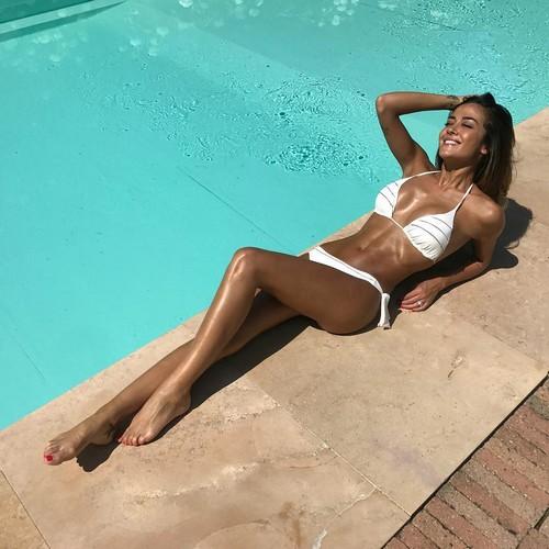 Giorgia Palmas in Bikini in Piscina - 19 giugno 2017
