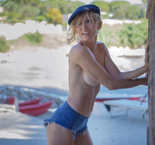 Justine Mattera in Topless e in Bikini a Otranto - 19 giugno 2017