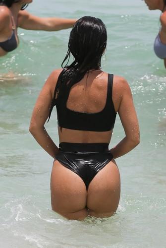 Kourtney Kardashian : Lato B Spaziale in Bikini Paparazzata a Miami - 12 giugno 2017
