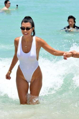 Kourtney Kardashian in Bikini : Paparazzata a Miami - 11 giugno 2017