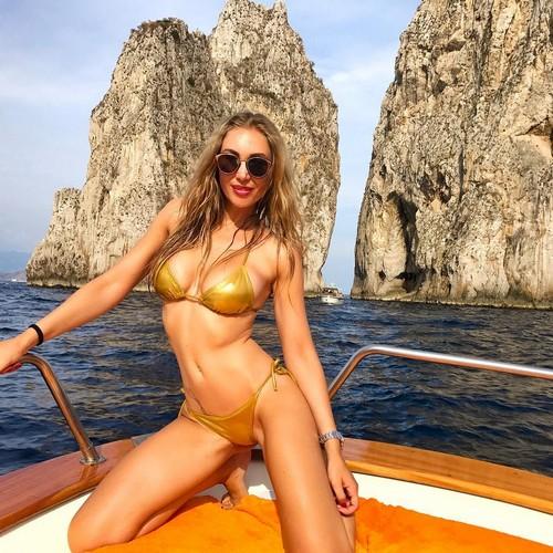Laura Cremaschi in Bikini a Capri - 12 giugno 2017