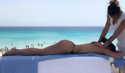 Carolina Marconi : Praticamente Nuda Durante un Massaggio a Formentera - 06 luglio 2017