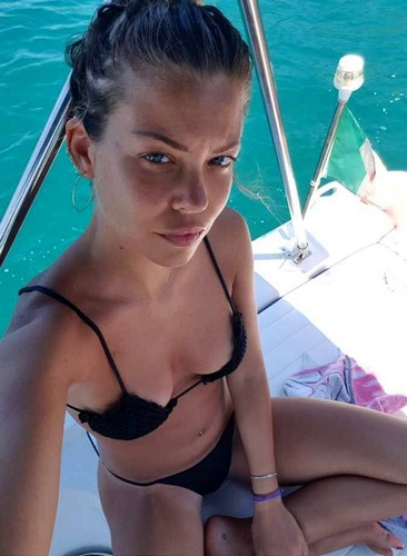 Costanza Caracciolo : Corpo Spaziale in Bikini in Barca - 08 luglio 2017
