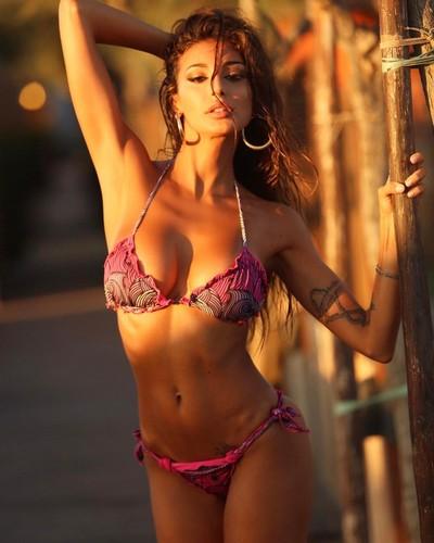 Cristina Buccino in Bikini da un Nuovo Servizio Fotografico