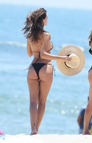 Emily Ratajkowski in Bikini Paparazzata a Malibu - 18 luglio 2017
