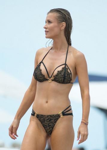 Joanna Krupa in Sexy Bikini Paparazzata a Miami - 11 luglio 2017
