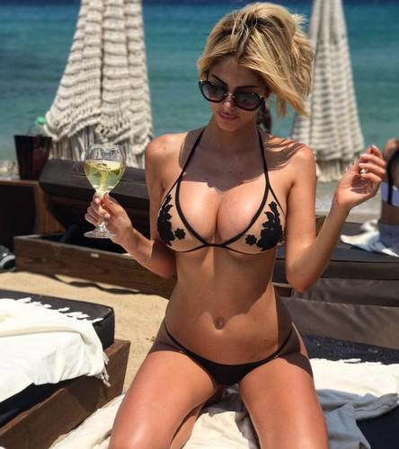Melissa Castagnoli : Curve Esplosive in Bikini a Mykonos - 16 luglio 2017