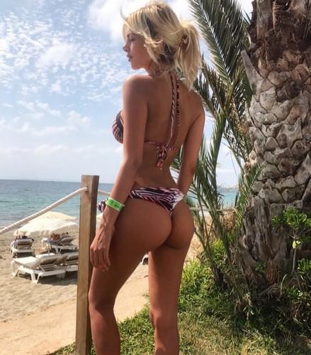 Melissa Castagnoli : Lato B Davvero Mozzafiato in Bikini a Ibiza - 22 luglio 2017