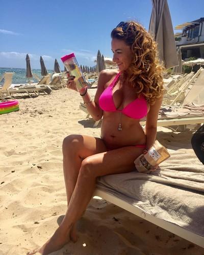 Melita Toniolo in Bikini : Curve Esplosive dalla Sardegna - 04 luglio 2017