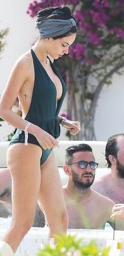 Michela Quattrociocche in Bikini a Ibiza : Paparazzata da Oggi - Luglio 2017