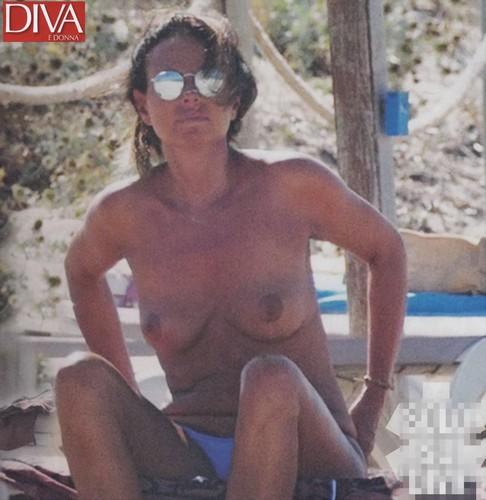 Paola Perego in Topless Paparazzata a Formentera da Diva - Luglio 2017