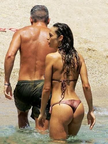 Raffaella Fico in Bikini : Lato B Esplosivo Paparazzata in Grecia da Chi - Luglio 2017